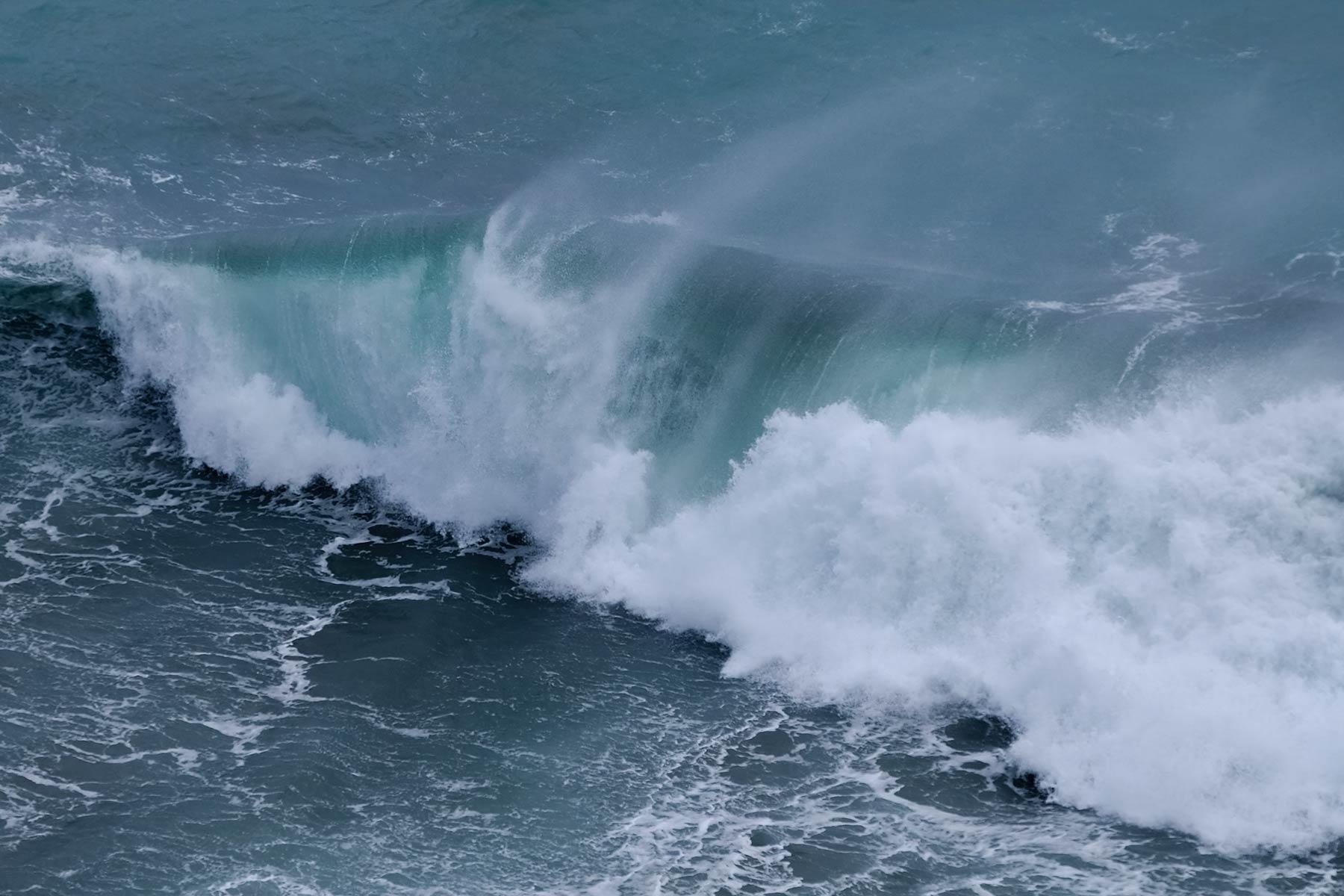 Hohe Wellen im Pazifik an der Ostküste von Taiwan