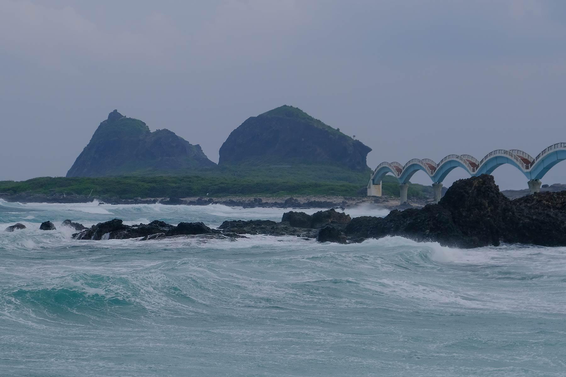 Sanxiantai Bogenbrücke bei starkem Wind in Taiwan