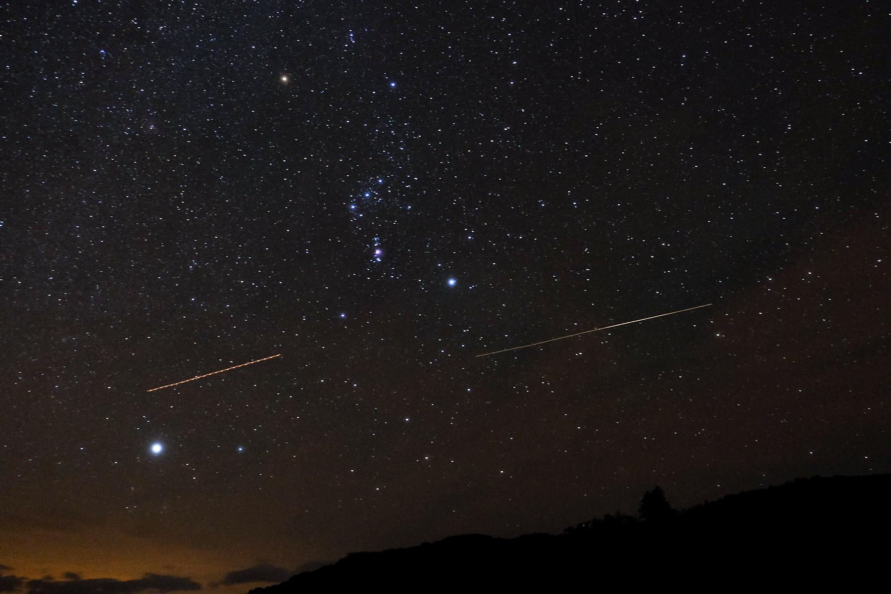 Sternenhimmel mit Sternschnuppe über der Isle of Skye, Schottland