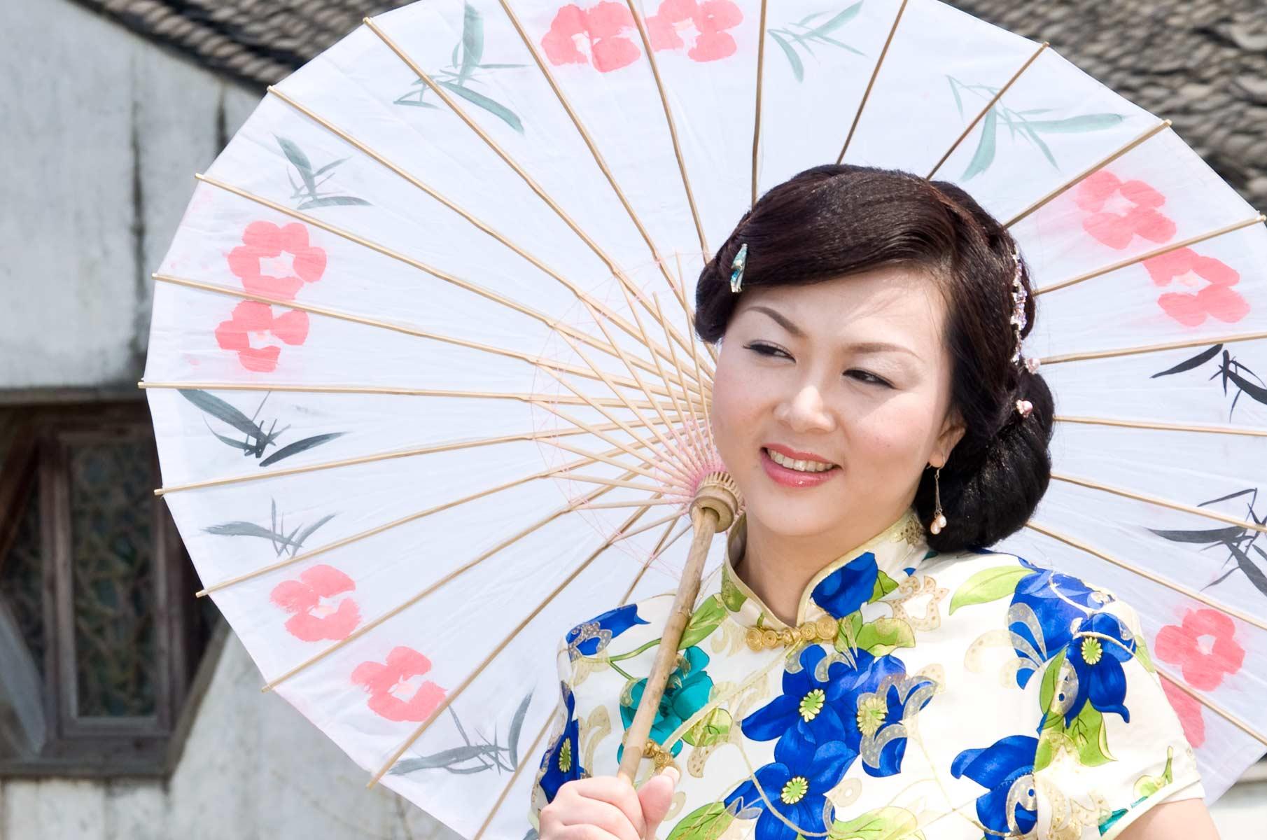 Frau mit Schirm in Suzhou, China