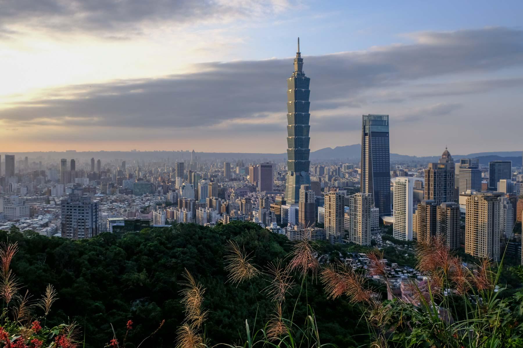 Blick auf Taipei vom Elephant Mountain bei Sonnenuntergang