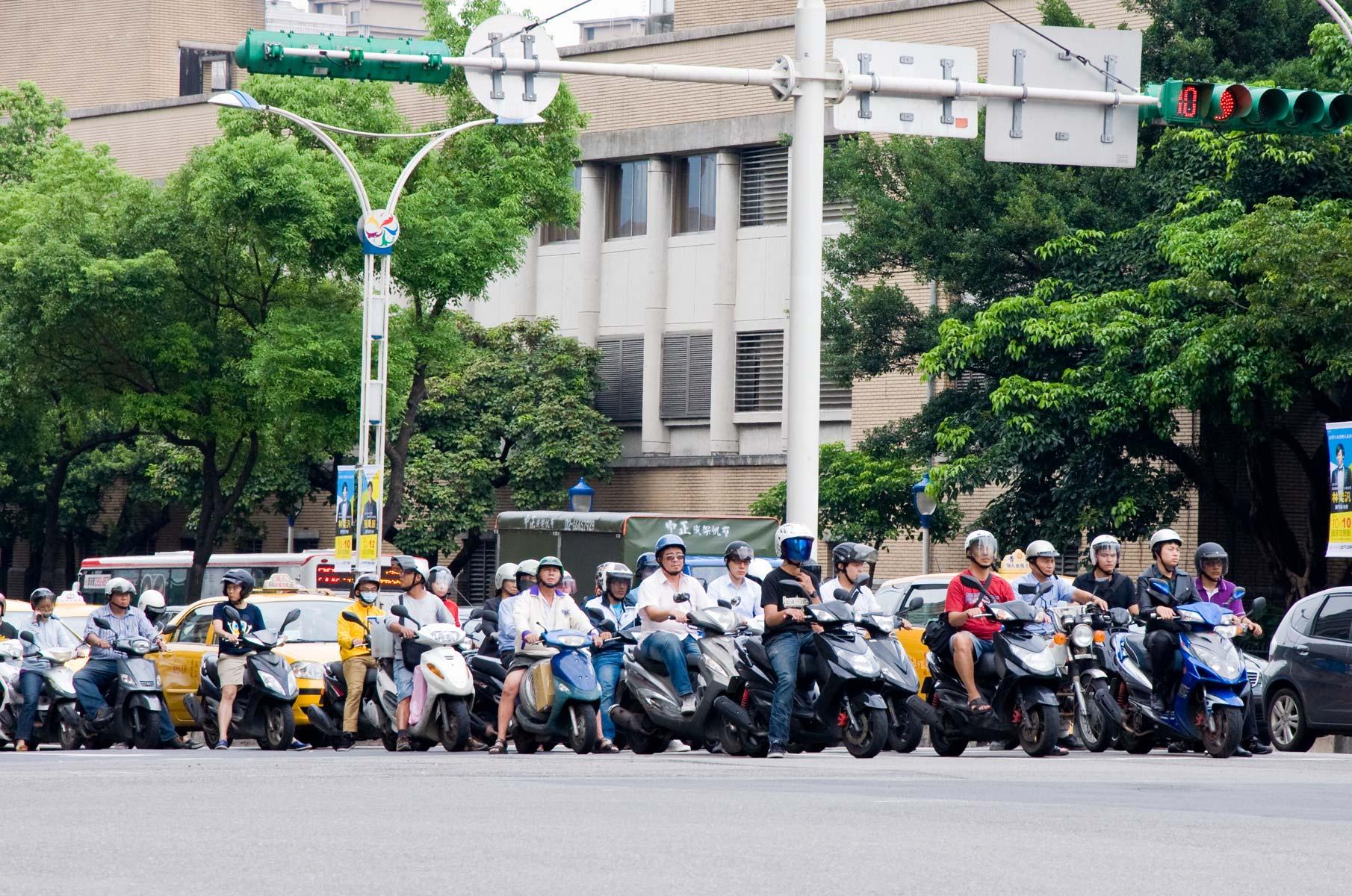Motorroller an Ampel in Taipei, Taiwan