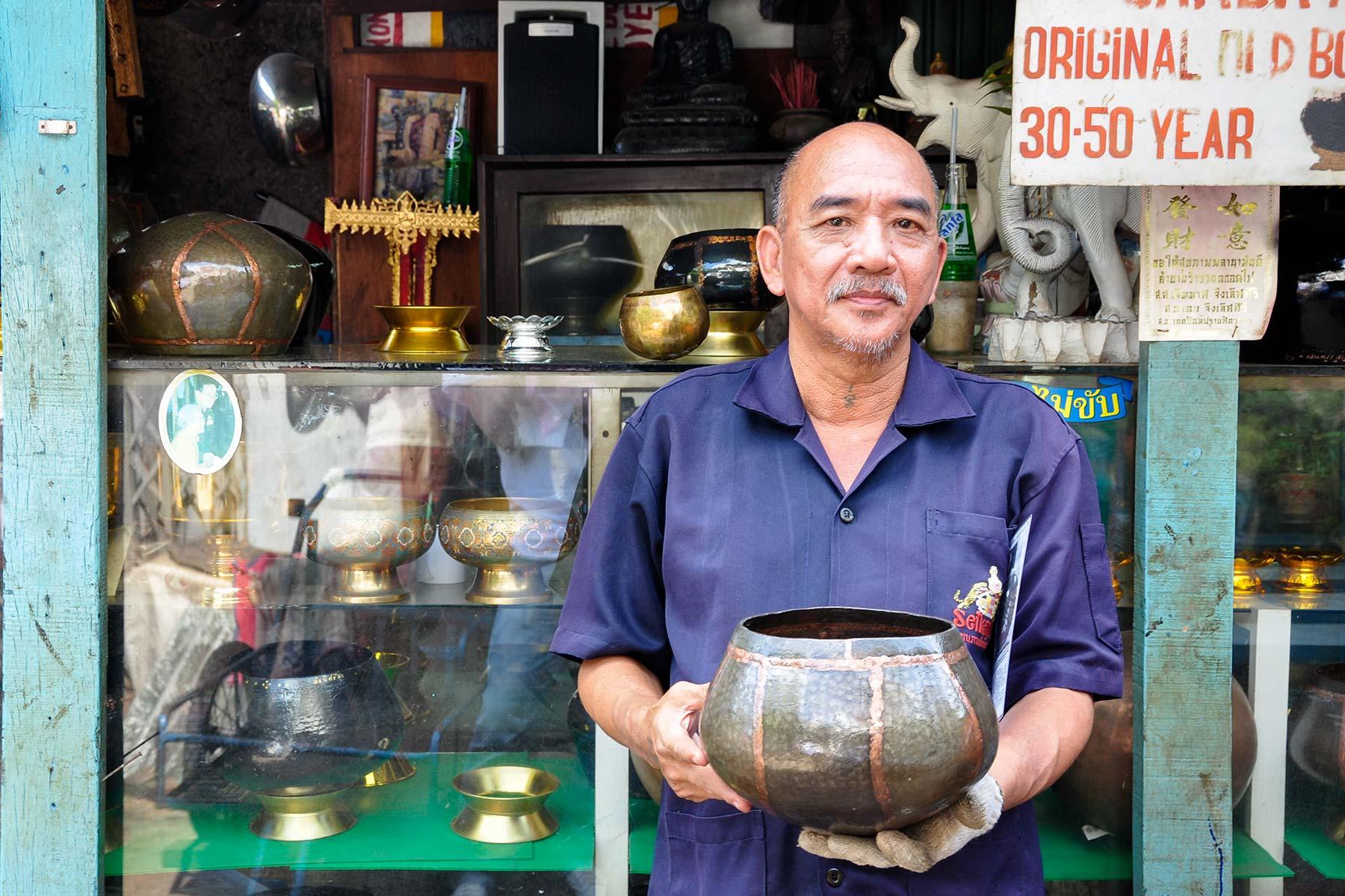 Opferschalen für buddhistische Mönche in Bangkok, Thailand