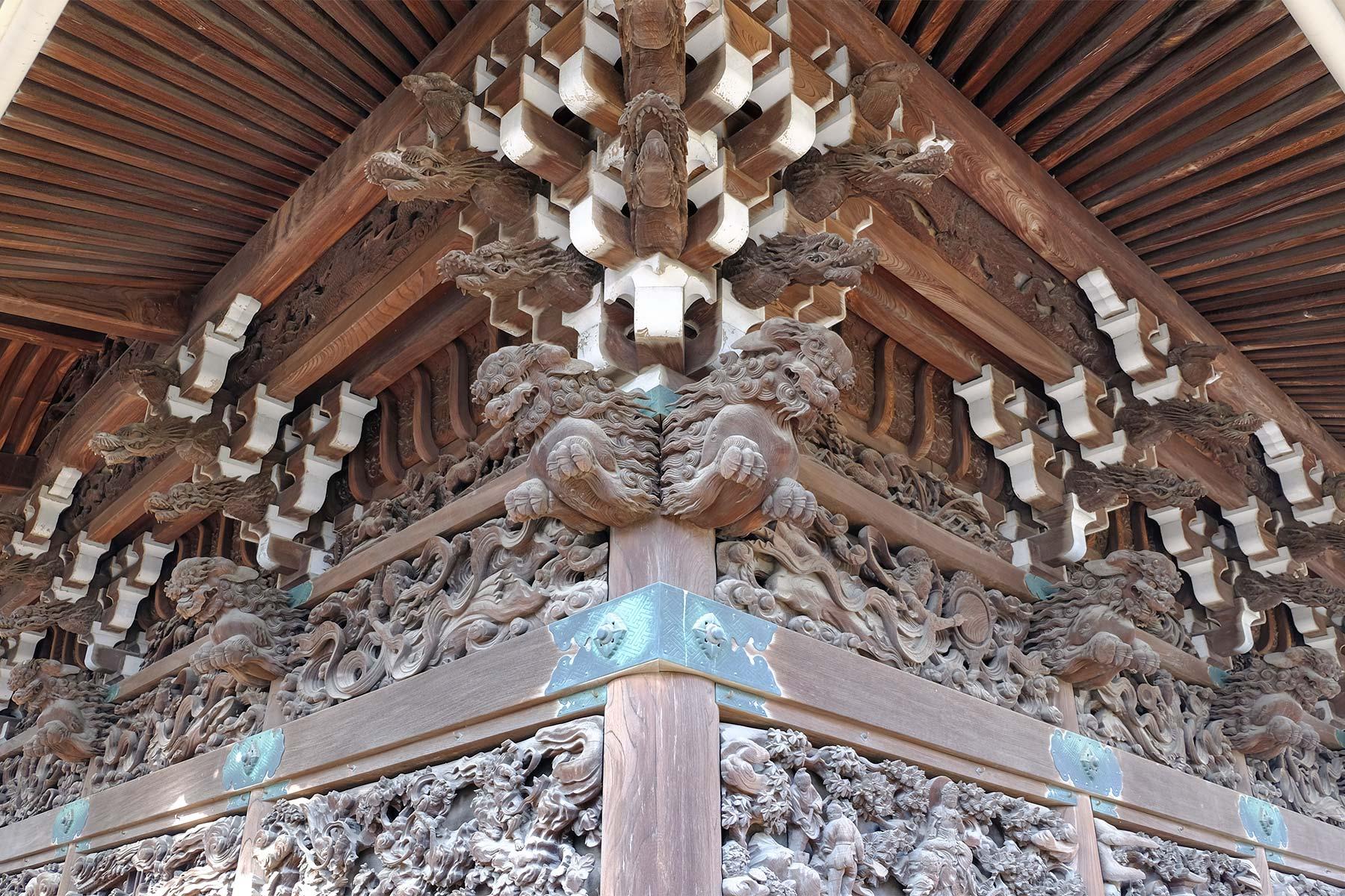 Holzverzierungen am Shibamata Taishakuten Tempel in Japan